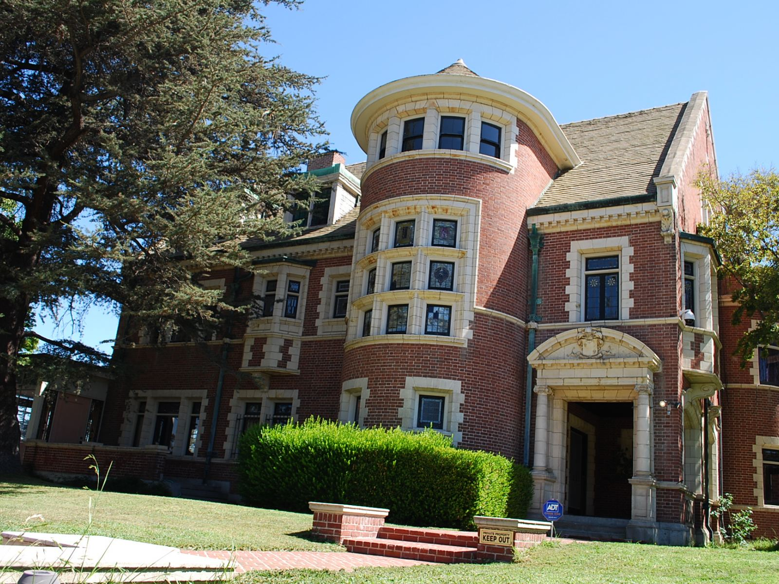 Rosenheim Mansion aka the American Horror Story House | Photo: Dearly Departed Tours
